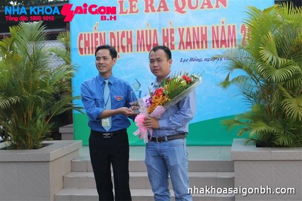 Chủ tịch Hội sinh viên Lạc Hồng tặng hoa cho đơn vị đồng hành - Nha khoa Sài Gòn B.H