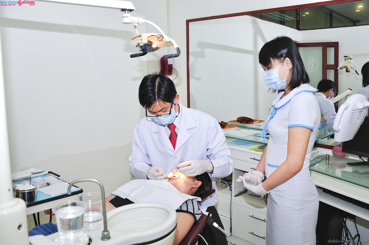 Đến phòng khám để các nha sĩ điều trị