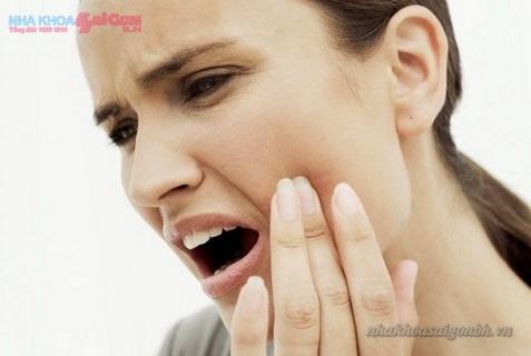 Sau khi tẩy trắng răng bị ê buốt phải làm sao?