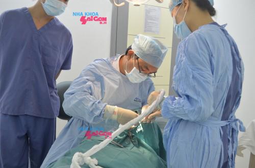 Bác sĩ Nguyễn Văn Khoa, chuyên gia cấy ghép implant, nguyên phó giám đốc Bệnh Viện Răng Hàm Mặt Trung Ương, là thành viên của hiệp hội chuyên gia Implant quốc tế (ICOI), ICOI's Advanced Credentialing Commission, Ban chấp hành Chi hội Cấy ghép Nha khoa TPHCM. Ông từng tham gia giảng dạy các khoá huấn luyện về Implant do Viện Răng Hàm Mặt TPHCM, ICOI, Chi hội Cấy ghép Nha khoa TPHCM, Viện Đào tạo Răng hàm mặt – ĐH.