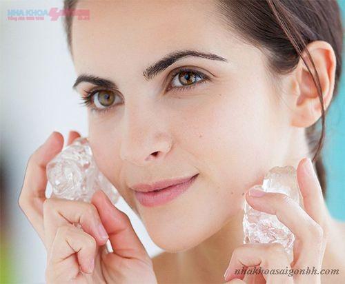 chườm đá giúp giảm sưng tấy ở vùng cấy ghép