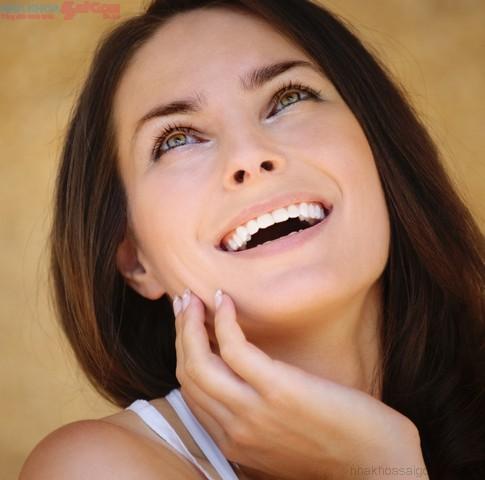 Niềng răng mắc cài sứ hay mắc cài  kim loại tốt hơn