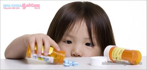 trẻ uống nhiều kháng sinh có thể làm răng bị nhiễm màu