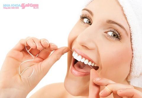 Sử dụng chỉ nha khoa để lấy sạch mảng bám, thức ăn bị dính ở kẻ răng