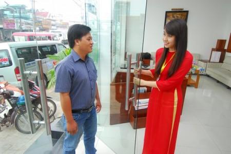 Nhân viên Nha khoa Sài Gòn B.H thân thiện đón tiếp khách hàng