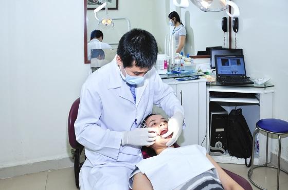 Kiểm tra răng trước khi bọc răng sứ