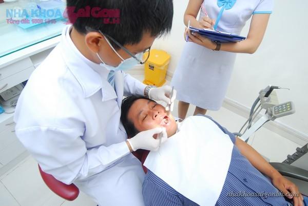 bác sĩ kiểm tra răng trước khi tẩy trắng