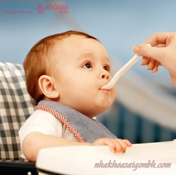 Bé mọc răng sữa chậm có phải do thiếu chất gì hay không?