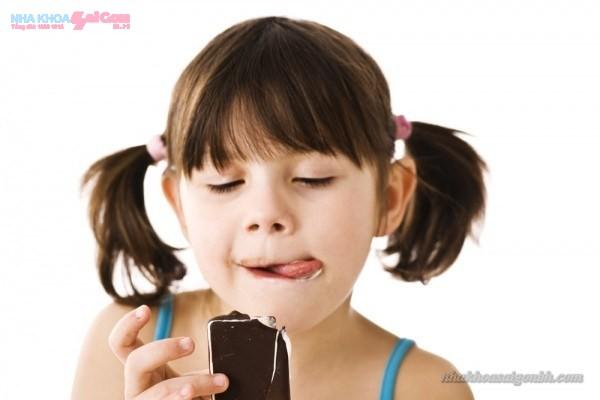 trẻ em không nên ăn nhiều đồ ngọt dễ bị sâu răng