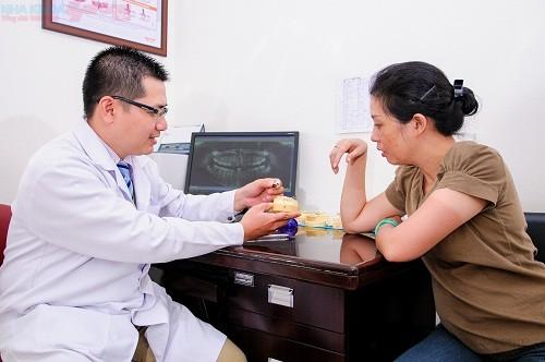 Bác sĩ tư vấn cho bệnh nhân về kỹ thuật bọc sứ