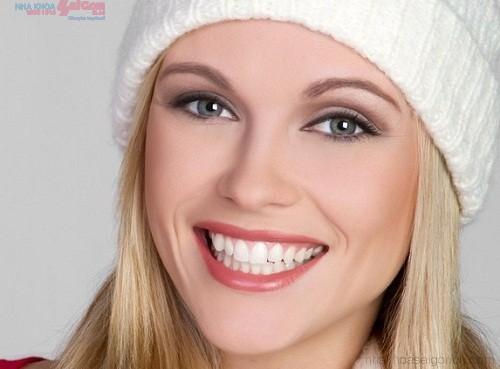 Nên niềng răng bằng mắc cài sứ hay niềng răng invisalign?