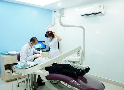 Bác sĩ đang khám cho bệnh nhân