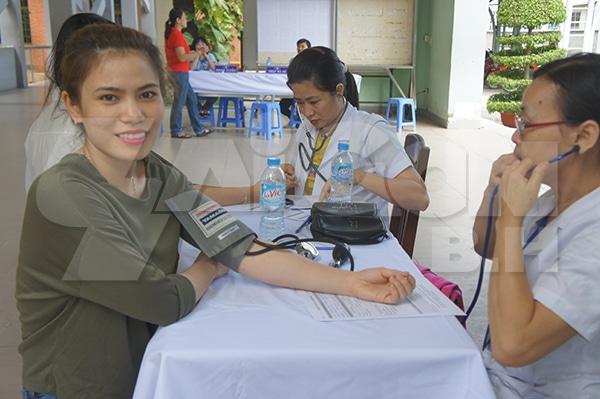 Kiểm tra huyết áp trước khi hiến máu